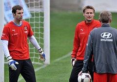 Petr Čech (vlevo) proti Slovinsku chytat nebude. Možným náhradníkem je Daniel Zítka (uprostřed). Rozhodnutí má na svých bedrech i trenér brankářů Jan Stejskal (zády)