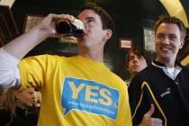 """Příznivci EU v Irsku oslavují výsledek referenda o """"Lisabonu""""."""