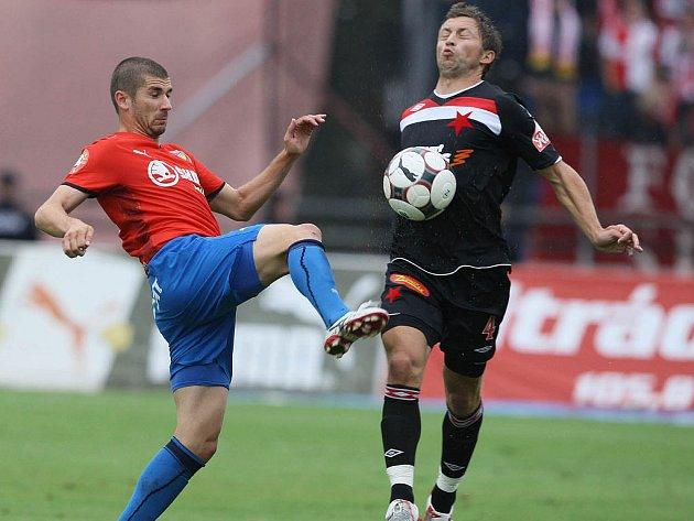 Plzeňský Rezek se snaží ukopnout míč před slávistou Hubáčkem.