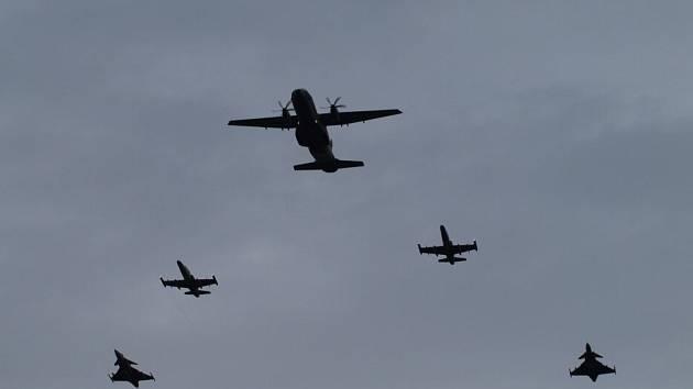 V popředí letoun CASA, druhé v řadě bitevníky L-159, třepí pak Gripeny.