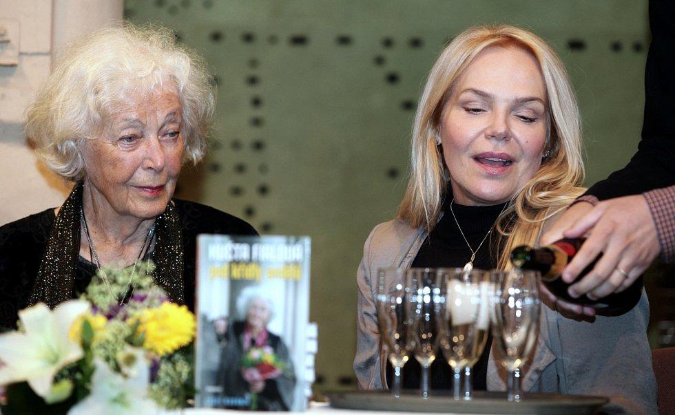 Herečka Květa Fialová během svých 85. narozenin. Vpravo Dagmar Havlová.