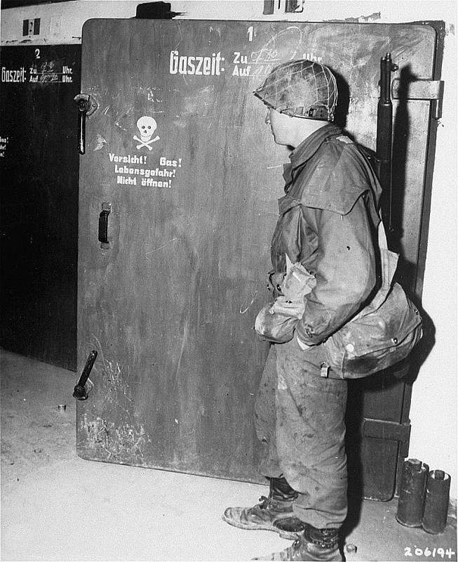 Americký voják po osvobození nahlíží do plynové komory v Dachau