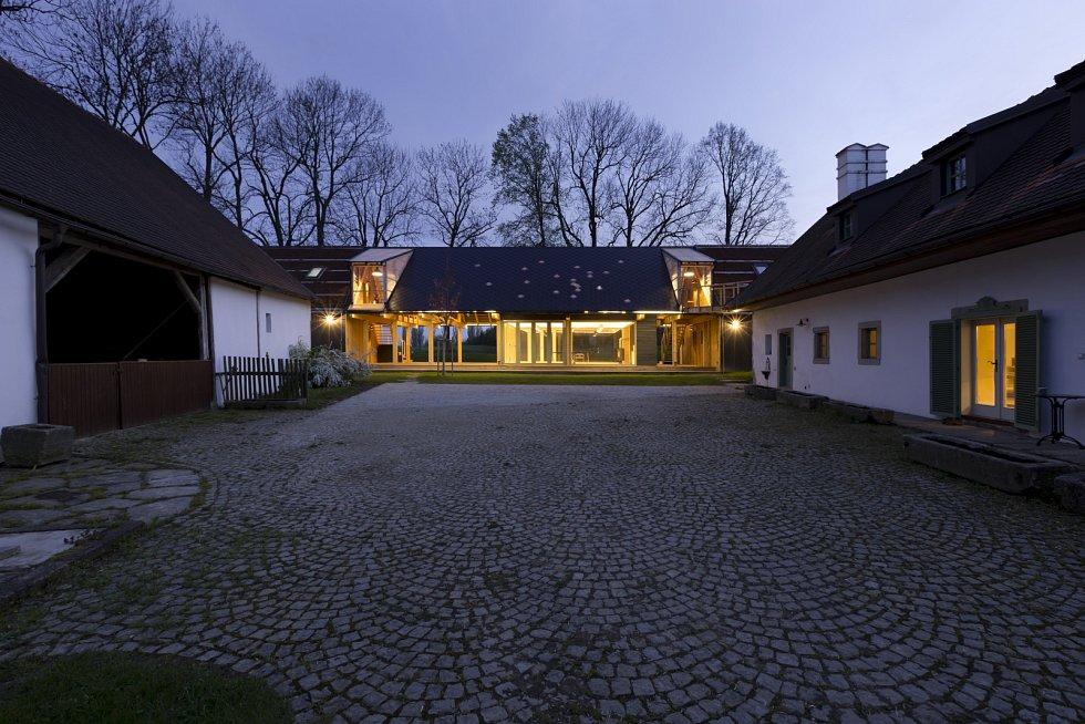 Do usedlosti se vstupuje původní bránou, přes dlážděný dvůr, který je na obou protilehlých stranách lemován budovami.