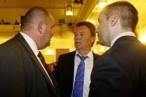 Miroslav Pelta (vlevo) v diskusi s Romanem Berbrem a Dušanem Svobodou.