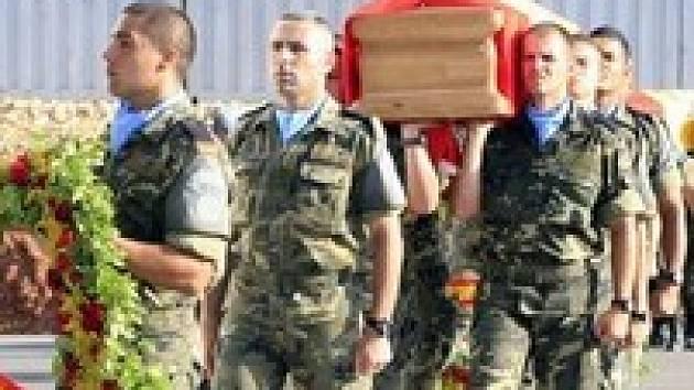 Pocta mrtvým španělským vojákům. Jejich vozidlo roztrhala padesátikilogramová nálož. Kdo ji nastražil?