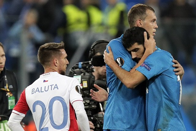 Zklamaný Alexandru Baluta přihlíží vítězné radosti Zenitu Petrohrad. Slavia v Rusku padla 0:1.