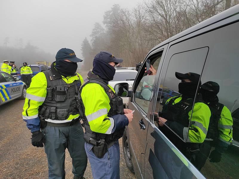 Policisté s celníky se na dálnici D10 zaměřili na dálniční známky.