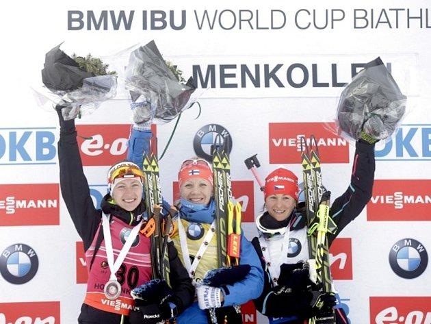 Biatlonistka Veronika Vítková (vpravo) doběhla třetí na slavném Holmenkollenu. Z vítězství se radovala Kaisa Mäkäräinenová (uprostřed), druhá skončila Darja Domračevová.