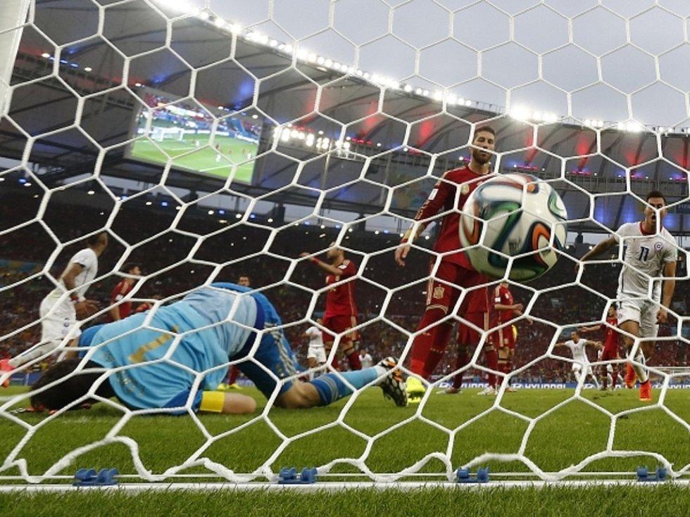 Brankář Španělska Iker Casillas (vlevo) nestačil na střelu Eduarda Vargase z Chile.
