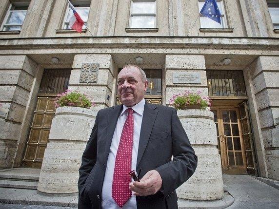 Ministr práce v demisi František Koníček.