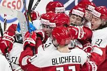 Hokejistéí Dánska se radují na juniorském MS z vítězství nad Finskem.