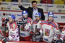 Trenér Vladimír Růžička (nahoře) na střídačce hokejové reprezentace.