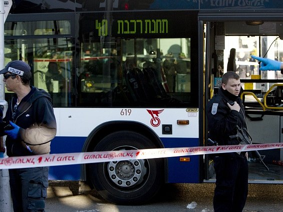 V Tel Avivu pobodal Palestinec několik cestujících městského autobusu.