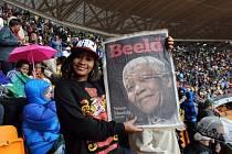 Uctění památky Nelsona Mandely na fotbalovém stadionu v Sowetu.