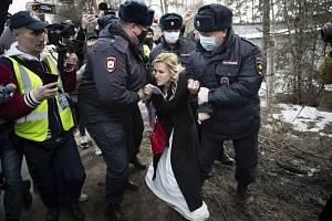 Ruská policie u věznice v Pokrovu, kde je uvězněn opoziční politik Alexej Navalnyj
