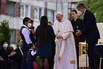 Papež František (uprostřed) se setkal s příslušníky romské menšiny na největším slovenském romském sídlišti Luník IX v Košicích