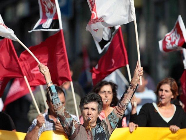Tisíce Portugalců vyšly do ulic. Protestují proti vládním škrtům.