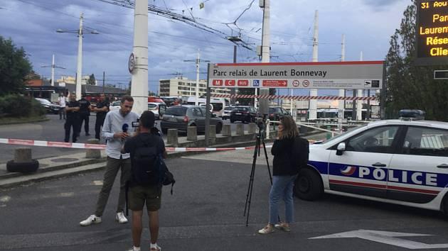Reportéři ve městě Villeurbanne u Lyonu nedaleko místa, kde útočník ozbrojený nožem zabil jednoho člověka a dalších devět lidí zranil