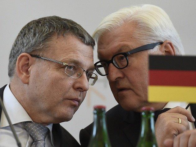 Český ministr zahraničí Lubomír Zaorálek (vlevo) a jeho německý kolega Frank-Walter Steinmeier vystoupili 11. září v Praze na tiskové konferenci po jednání ministrů zahraničí visegrádské skupiny o migrační krizi.