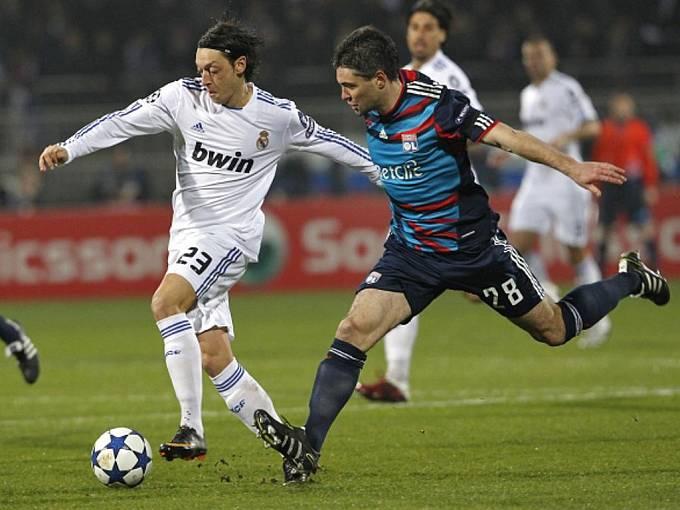Mesut Ozil (vlevo) z Realu Madrid bojuje o míč s Jeremy Toulalanem z Lyonu.