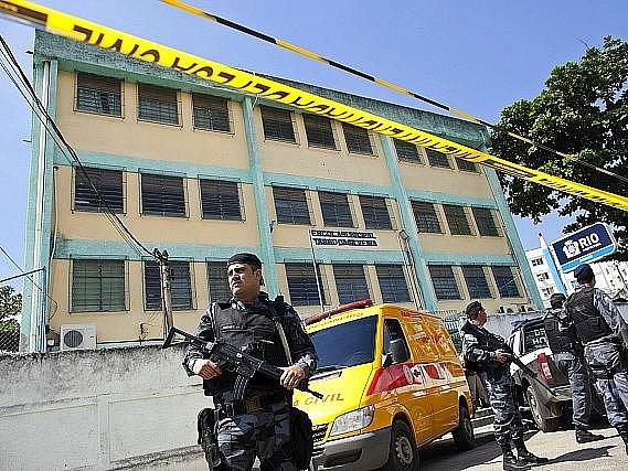 Jedenáct mrtvých a 18 zraněných si podle poslední bilance vyžádal útok ozbrojeného muže, který začal střílet v základní škole v brazilském Riu de Janeiro.