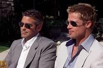 DÁMY, NEBO PÁNOVÉ? Cate Blanchett a Sandra Bullock v novém filmu zkoušejí protějšky Georga Clooneyho a Brada Pitta (na snímku jako Dannyho parťáci). Jejich lehkosti ale nedosáhli.