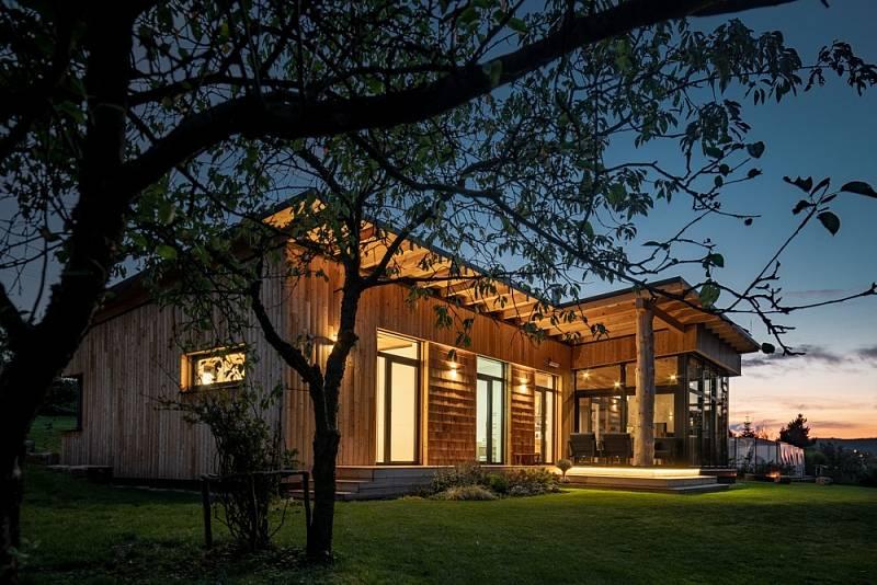 Jako kontrast k dřevěné fasádě byla použita hliníková okna v antracitové barvě.