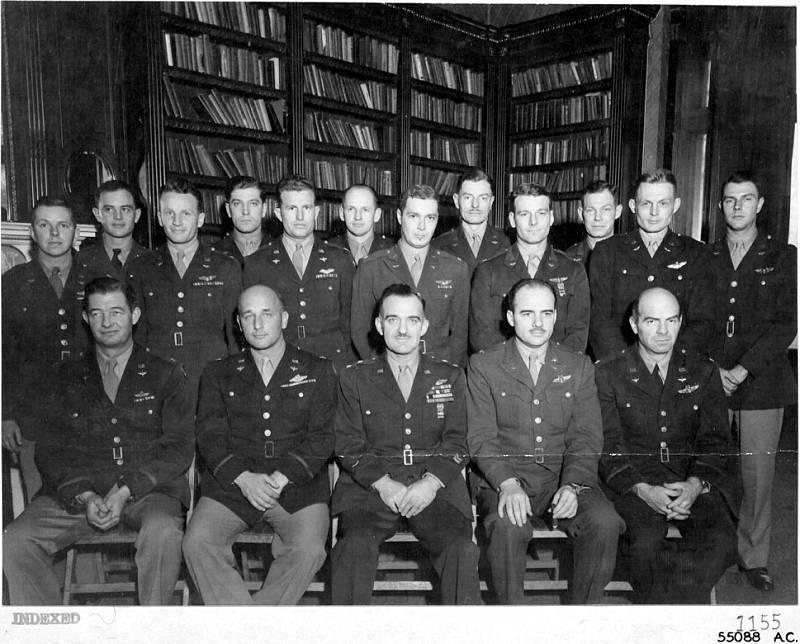 Velitelský sbor americká Osmé letecké armády, Hubert Zemke stojí druhý zleva