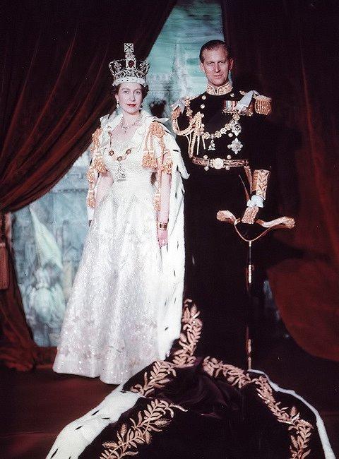 Když se Alžběta zamilovala do prince Philipa, na trůně stále seděl její otec, král Jiří VI. Když poté zemřel (1953) a Alžběta, už coby vdaná žena, nastoupila na trůn, bylo to poprvé v historii země, co nový panovník nebyl korunován bez partnera.
