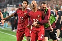 Fotbalisté Portugalska se radují z postupu do semifinále Eura.