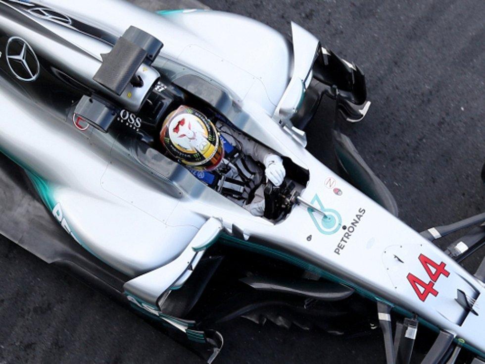Lewis Hamilton se svým novým stříbrným šípem.