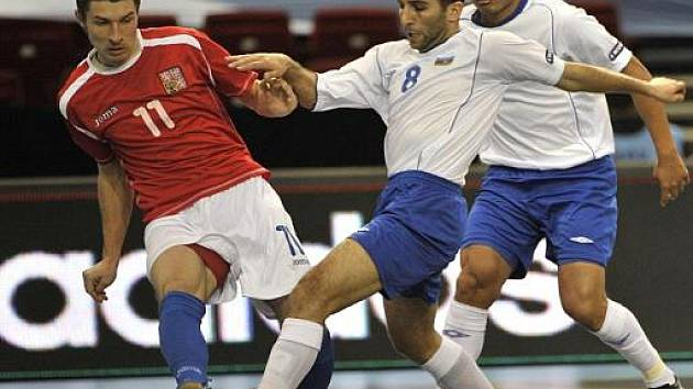 Český futsalista Michal Belej (vlevo) se snaží zastavit akci hráčů Ázerbájdžánu na evropském šampionátu.