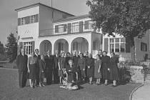 Hana Benešová při loučení s přáteli a personálem v Sezimově Ústí v září 1948. Františka Jeřábková v krátkém rukávu za Hanou Benešovou.