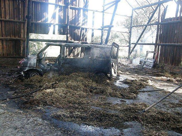 Ve zničené stodole shořelo také dodávkové auto Volkswagen transportér.