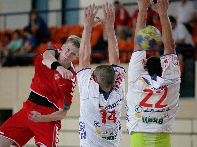 Michal Kasal (vlevo) se snaží prosadit proti Srbsku.