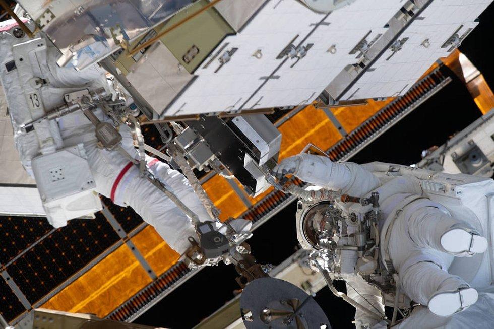 Astronautky Christina Kochová a Jessica Meirová při práci na Mezinárodní vesmírné stanici. Tyto dvě ženy uskutečnily první čistě ženský spacewalk v dějinách.