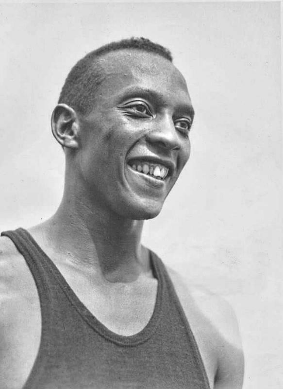 Legendární americký atlet Jesse Owens na olympiádě v Berlíně v roce 1936.