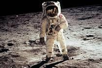 """Edwin """"Buzz"""" Aldrin na povrchu Měsíce, vstoupil na něj jako druhý po Neilu Armstrongovi."""