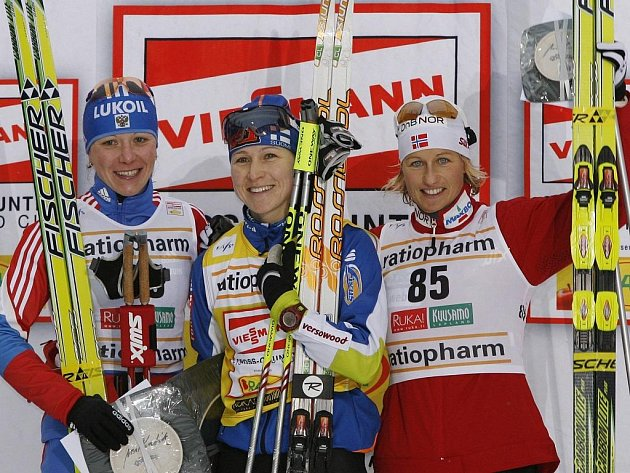 Aiko-Kaisa Saarinenová (uprostřed) ovládla závod na 10 km klasicky v Kuusamu před druhou Irinou Chazovovou (vlevo) a třetí Vibeke Skofterudovou.