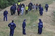 Imigranti na maďarsko-srbské hranici.