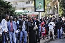 Desetitisíce Jihoafričanů dnes chtějí využít poslední příležitosti spatřit ostatky zesnulého národního vůdce Nelsona Mandely.