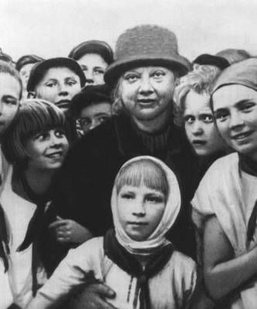 Naděžda Krupská se sovětskými pionýry v roce 1930