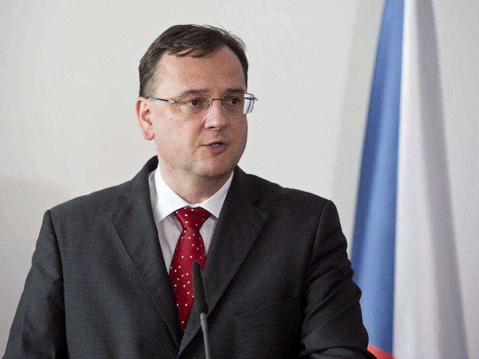 Premiér Petr Nečas reagoval k zásahům Útvaru pro odhalování organizovaného zločinu (ÚOOZ).