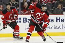 Patrik Eliáš z New Jersey (vpravo) vstřelil svůj jubilejní 400. gól v NHL a podílel se na vítězství nad Torontem.