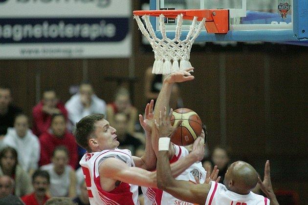 Basketbalisté Nymburka bojují pod košem v prvním finále s Novým Jičínem.