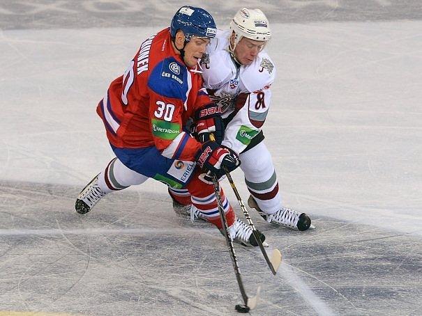 Útočník Lva Tomáš Rachůnek svádí souboj s Gints Meijou z Dinamo Riga.