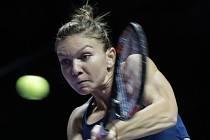 Simona Halepová při úvodním duelu na Turnaji mistryň proti Madison Keysové