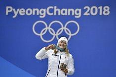 Karolína Erbanová na stupních vítězů s medailí