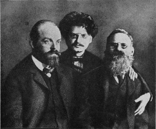 Lev Trockij s Alexandrem Parvusem a Leo Deutschem během věznění v Petropavlovské pevnosti v Petrohradě v roce 1906