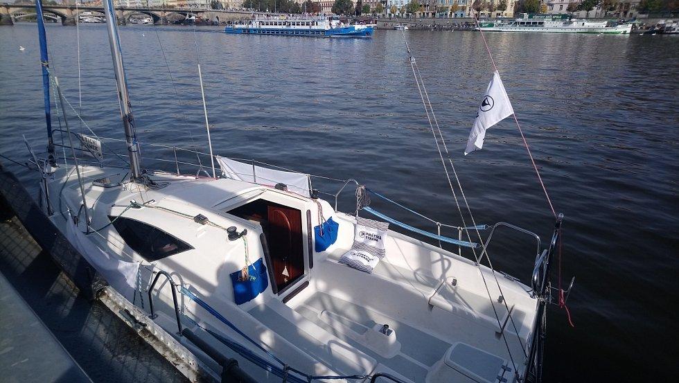 Loď, se kterou přijeli do volebního štábu předseda Pirátů Ivan Bartoš, poslankyně Olga Richterová a kandidát na senátora Lukáš Wagenknecht.